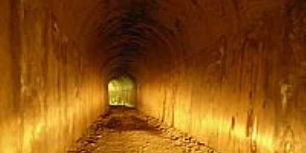 Um dos túneis construídos para a passagem da antiga estrada de ferro em Serra da Saudade-MG-Foto:Adriana de Oliveira
