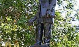 Teófilo Otoni - Estátua de Teófilo Otoni na Praça Tiradentes-Foto:jmfcarvalho