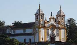 Tiradentes - Tiradentes-MG-Frente e lateral da Matriz de Santo Ant�nio-Foto:Paulo Yuji Takarada