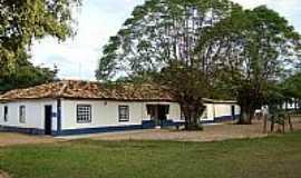 Tomás Gonzaga - Praça e casa colonial em Tomaz Gonzaga-MG-Foto:www.taperaminas.com.…