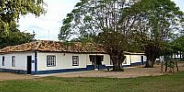 Praça e casa colonial em Tomaz Gonzaga-MG-Foto:www.taperaminas.com.…