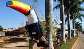 Vargem Bonita - Vargem Bonita-MG-Tucano na Avenida de entrada da cidade-Foto:Prof. Dr. Ivan Andrade