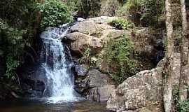 Virgínia - Virgínia-MG-Cachoeira na beira da estrada-Foto:JulioAndrade