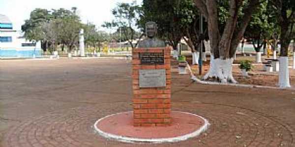 Bandeirantes-MS-Busto na Praça Joaquim Pedro Gomes-Foto:Sergio Falcetti