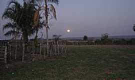 Figueirão - A Lua nascendo na Fazenda Ipê-Foto:Juvenal Coelho Ribei… [Panoramio]