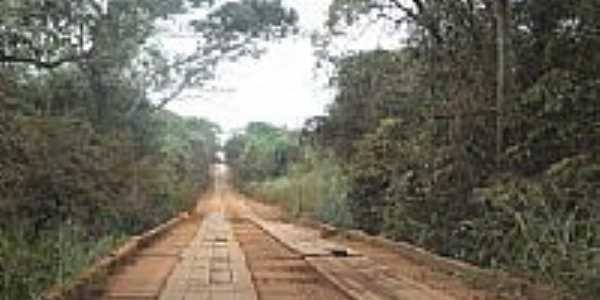 Ponte de madeira em estrada vicinal no Distrito de Guaçu-Foto:Paulo Yuji Takarada