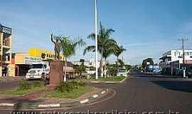 Alto Araguaia - Alto Araguaia-MT-Homenagem à JK na entrada da cidade-Foto:Zig Koch