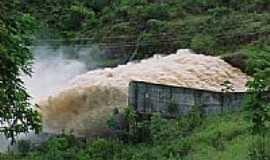 Chapada dos Guimar�es - Vertedouro da PCH no Rio Casca na Chapada dos Guimar�es-MT-Foto:elizeualmeidafesa