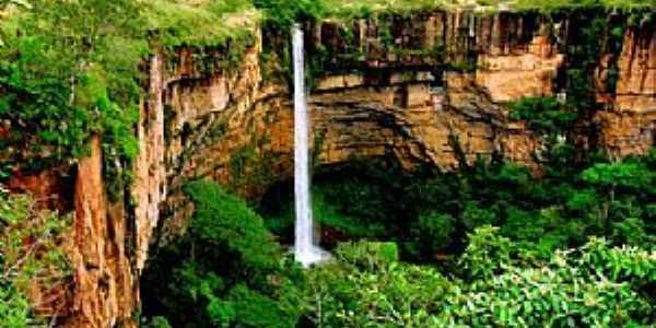 Chapada dos Guimarães-MT-Cachoeira Véu de Noiva desce por um paredão de arenito e forma um enorme poço-Foto:Suzana Barbosa Camargo
