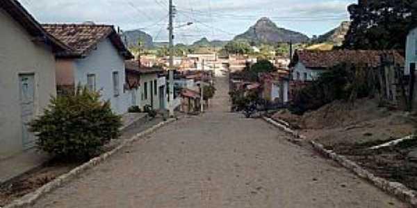Buranhém-BA-Rua da cidade com montanhas ao fundo-Foto:Facebook