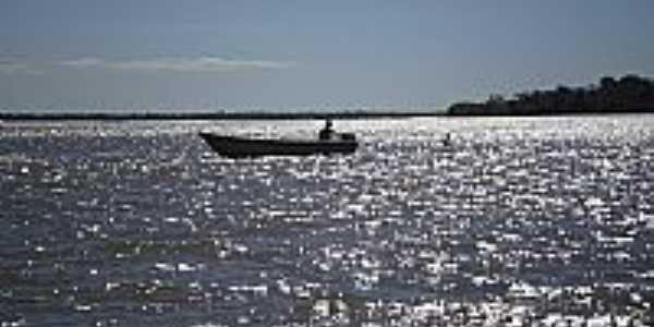 Barqueiro em Santa Maria das Barreiras-PA-Foto:Lúcio Mota