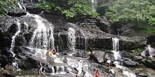 Cachoeira do Roncador - PB, Localizada entre os municípios de Pirpirituba e Bananeiras