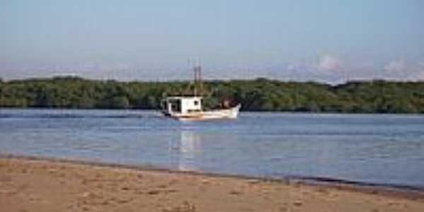 Barco de pesca no Rio Sirinha�m-Foto:Daniel Flavio Araujo