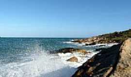 Cabo de Santo Agostinho - Mar quebrando nas rochas na Praia de Calhetas em Cabo de Santo Agostinho -PE-Foto:Emerson R. Zamprogno