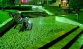Jucati - Pça. Stª Terezinha à noite com seu tom esverdeado - Por Aluysio Shekhinah Morais