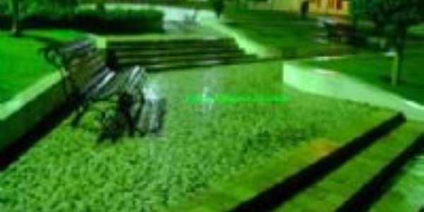 Pça. Stª Terezinha à noite com seu tom esverdeado - Por Aluysio Shekhinah Morais