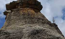S�o Raimundo Nonato - S�o Raimundo Nonato-PI-Grande Pedra na Serra da Capivara-Foto:Edilson Morais Brito