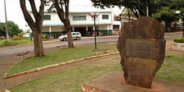 Praça que liga Avenida Brasil com Avenida 7 de Setembro e ao Fundo Antigo Cinema  - por Dr. Pascutti