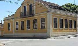 Campo Largo - Residência localizada na Rua Centenário