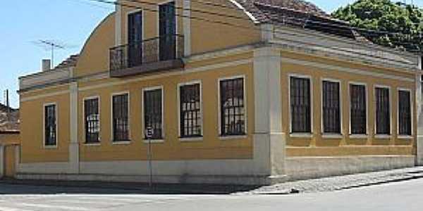 Residência localizada na Rua Centenário