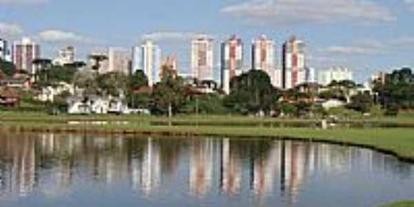 Curitiba-PR-Lago do Parque Bariguí com a cidade ao fundo-Foto:Paulo Yuji Takarada