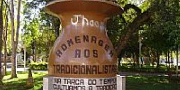 Francisco Beltrão-PR-Monumento aos Tradicionalistas na praça central-Foto:Renato Viana Albarra…