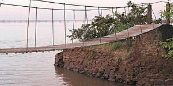 Guaíra-PR-Ponte Pênsil e ao fundo a Ponte sobre o Rio Paraná-Foto:FacebookPM