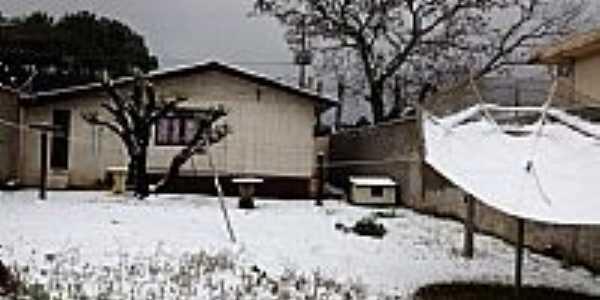 Casa coberta de neve na madrugada de 23/07/2013 em Guarapuava-PR-Foto:Sandra Algayer