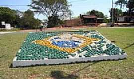 Icara�ma - Bandeira do Brasil na Rotat�ria Central de Icara�ma-PR-Foto:fhsxp