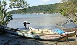 Ilha do Mel - Barcos de pesca em Encantadas na Ilha do Mel-PR-Foto:Paulo Yuji Tacarada