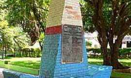 Lobato - Monumento na pra�a de Lobato-Foto:Marcos Dutra
