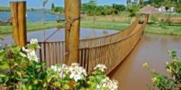 Passarela sobre a lagoa dourada, distrito de Paranagi, município de Sertaneja-PR, Por ACIR MANDELLO