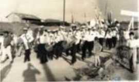 Quatiguá -  DESFILE..1973  MILTOM PITOCO A FRENTE...., Por JURACY   GUSMÃO