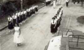 Quatiguá - observem a imagem,não existia nada ainda construido.desfile das normalistas!!!, Por juracy gusmão