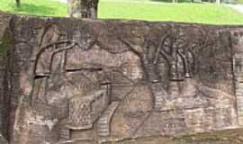 São Miguel do Iguaçu - São Miguel do Iguaçu-PR-Detalhe do Tronco de árvore entalhado na entrada da Paróquia de São Miguel-Foto:Ricardo Mercadante