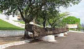 São Miguel do Iguaçu - São Miguel do Iguaçu-PR-Tronco de árvore entalhado na entrada da Paróquia de São Miguel-Foto:Ricardo Mercadante