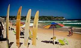 Búzios - Geribá Escolinhas de surf se concentram no canto esquerdo Foto: Editoria Búzios Online