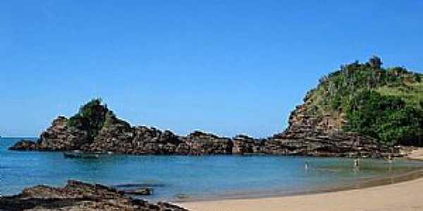 Praia da  Ferradurinha Paisagem típica reúne mar cristalino, rochas e vegetação nativa Foto: Enviada por Nicanor Duarte