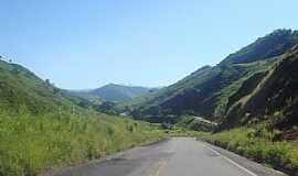 Bom Jesus do Itabapoana - Bom Jesus do Itabapoana-RJ-Estrada entre montanhas-Foto:Jô Rodrigues