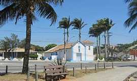 Iguaba Grande - Iguaba Grande-RJ-Praça e Capela de N.Sra.da Conceição-Foto:noticiasdesaopedrodaaldeia.com.br