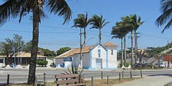 Iguaba Grande-RJ-Praça e Capela de N.Sra.da Conceição-Foto:noticiasdesaopedrodaaldeia.com.br