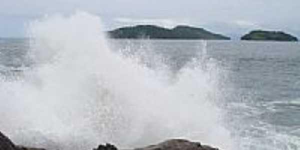 Ondas batendo nas rochas em Mambucaba-RJ-Foto:J� Rodrigues