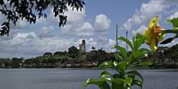 Itajuípe-BA-Lago Humberto Badaró e ao fundo a cidade-Foto:tennyson.freitas
