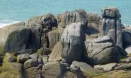 Rio das Ostras - detalhes dos rochedos prox a pra�a das baleia, Por Rosemeri Carvalho