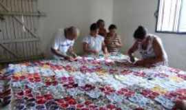 Boa Saúde - Atresãs de Boa Saúde/RN produzindo colcha de cama em fuxico da vovó e crochê, Por José Alaí de Souza