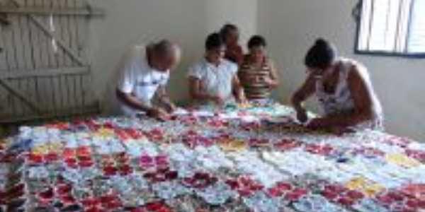 Atresãs de Boa Saúde/RN produzindo colcha de cama em fuxico da vovó e crochê, Por José Alaí de Souza