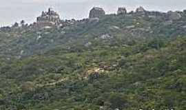 Serra da Tapuia - Castelo no topo da Serra-Foto:jessicamendescaraubas