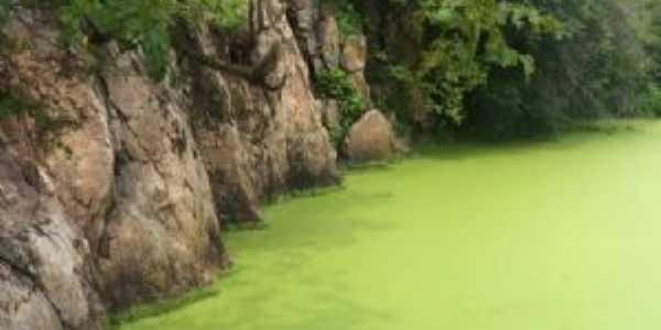 Paredões no lago da cachoeira do Mororó, Por Anailza Feitoza dos Santos