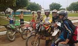 Candeias do Jamari - praticantes de veloterra na praça central em candeias do jamari(moageiros motor