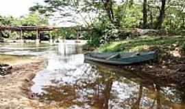 Caroebe - Caroebe-RR-Velho barco e o rio-Foto:Tiago Orihuela
